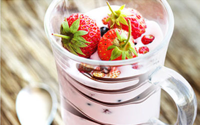 Jelly with yoghurt, strawberries and chocolate